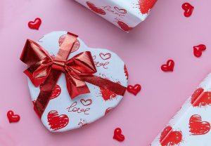 Detalle en forma de caja corazón con envoltorio de corazones